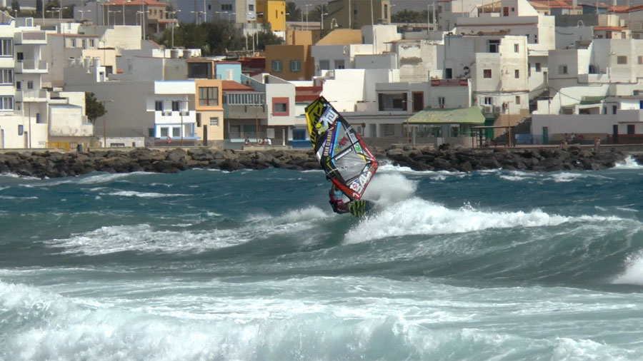 Wave Ride Side On by Ricardo Campello