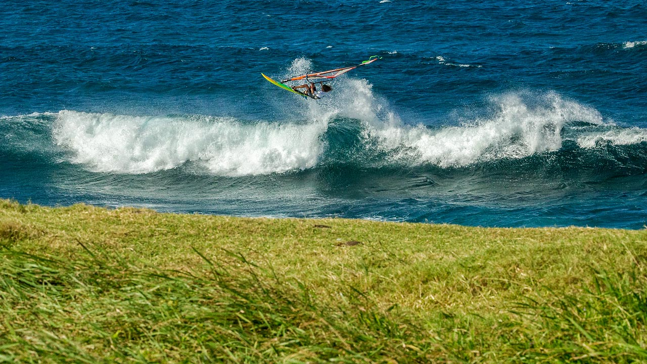 Jake with a classic Aerial at Ho'okipa (Pic: Crowther/AWT)
