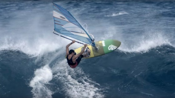 Victor Fernandez with wave action from Ho'okipa