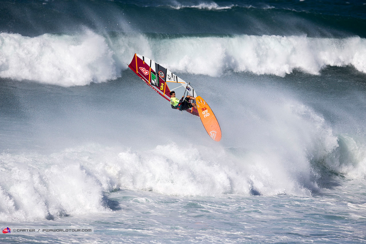 Victor Fernandez nails a Forwrad off the lip at Ho'okipa (Pic: Carter/PWA)