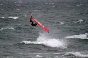 Lina Erpenstein rotates through a Back loop in Dazendorf, Baltic Sea (Photo: Bulgenslag)