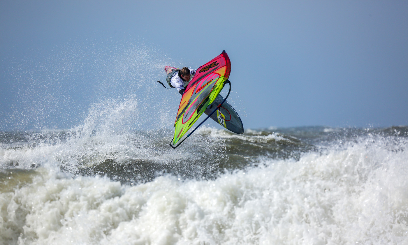 Leon Jamaer with a tweaked Aerial off the lip in Sylt (Photo by Lightnic)