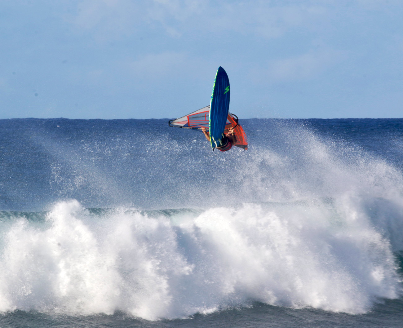 Kai Katchadourian rips at Ho'okipa (Photo: Casey Hauser)
