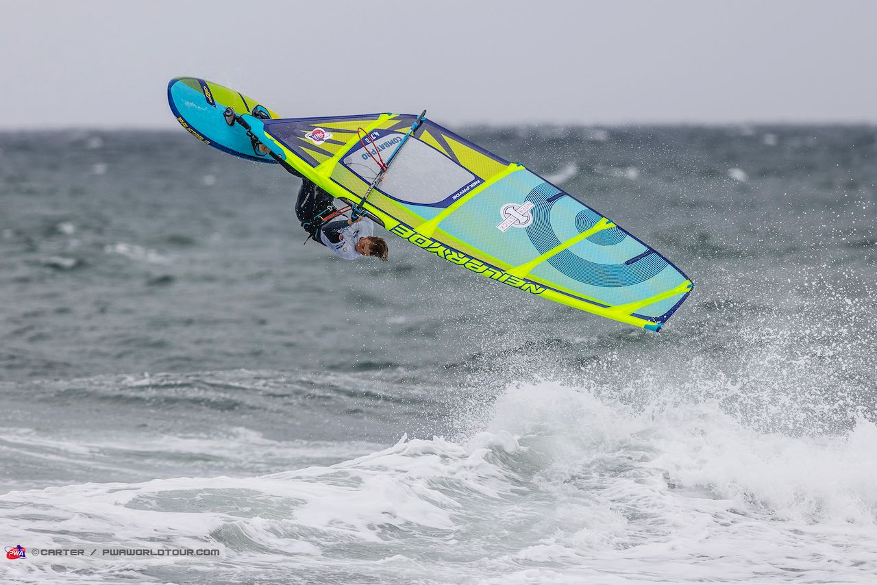 Anton Richter nails a Backloop and wins the U17 category (Photo: Carter/PWAworldtour)