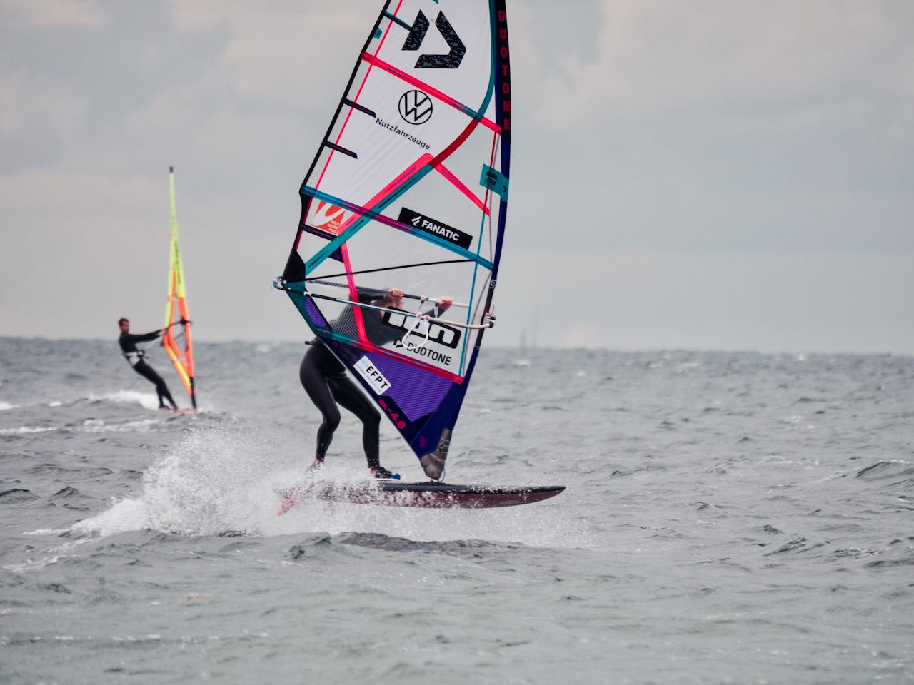 Niclas Nebelung with a top performance in the tow-in and in the windsurfing session (Photo by Valentin Boeckler)